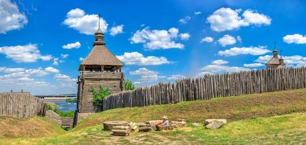 Buitenmuren, houten hek en wachttorens van de national reserve khortytsia in zaporozhye, oekraïne, op een zonnige zomerdag
