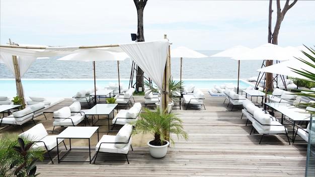 Buitenrestaurant aan het strand