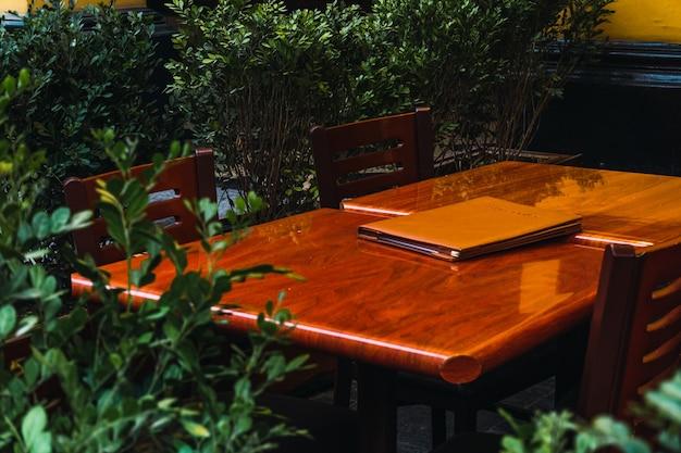Buitenrestauranttafels in historisch centrum van lima peru, bloempot rond houten tafels