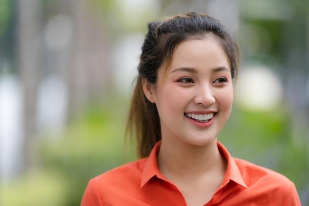 Buitenshuis portret van happy jonge vrouw met smileygezicht