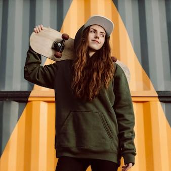 Buitenshuis skater meisje en haar skateboard