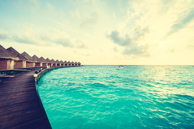 Buitenshuis zand kustlijn tropisch resort