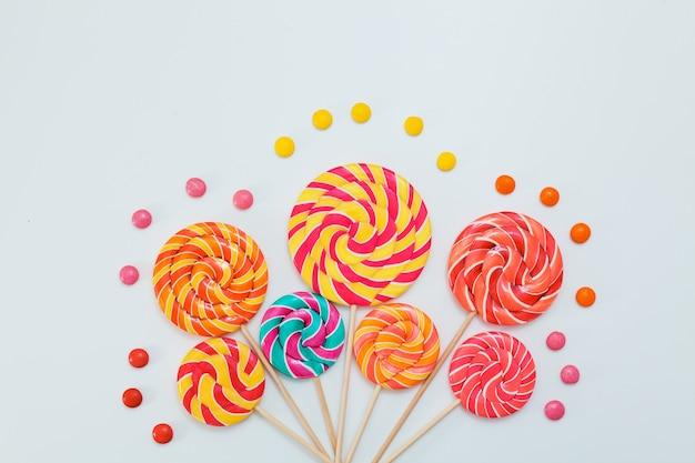 Buitensporig boeket van lollipop zoet suikergoed op wit.