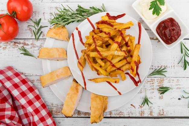 Buitensporige schotel met frieten en ketchup