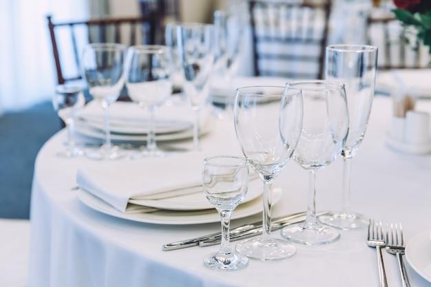 Buitensporige tafel voor het diner met servetglazen in restaurant, luxe interieur achtergrond