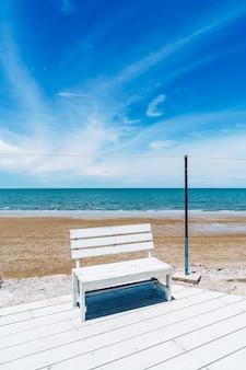 Buitentafel en stoel met zeestrand en blauwe hemelachtergrond