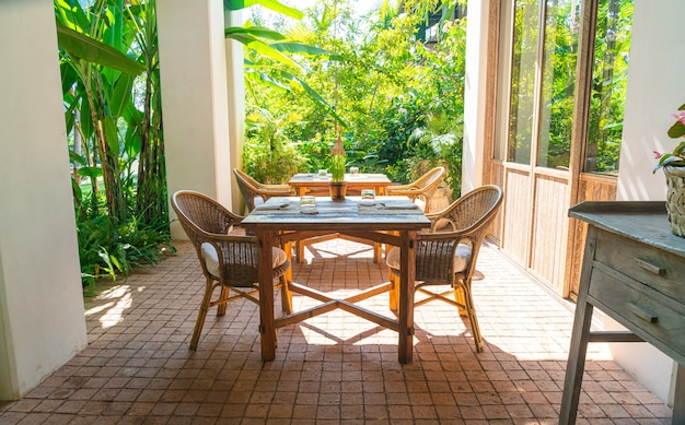 Buitentafel en stoel of buitentafel