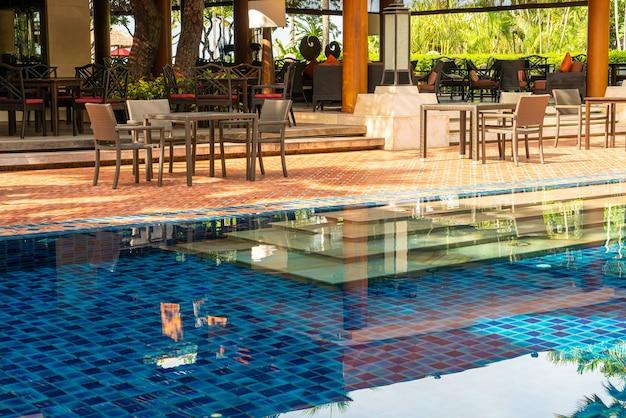 Buitentafel en stoel rond het zwembad