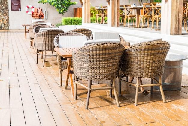 Buitenterras met lege stoel en tafel
