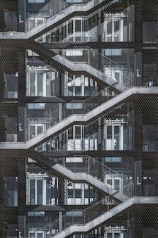 Buitentrap van een stedelijk gebouw bedekt met een metalen roosteromheining