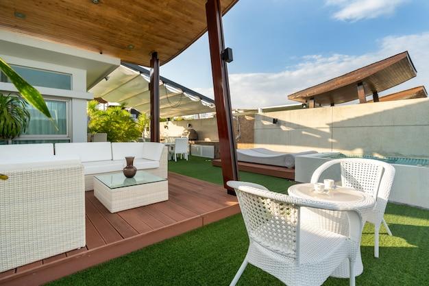 Buitenzitje op balkon met uitzicht op zwembadvilla, huis, huis, appartement en appartement