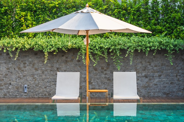 Buitenzwembad met parasolstoel lounge er rond voor vakantiereizen