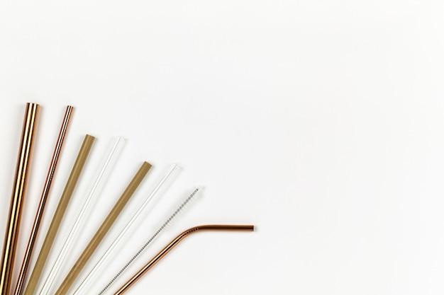 Buizen van milieuvriendelijke herbruikbare metalen tegen plastic wegwerpbuizen.