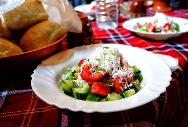 Bulgaarse salade op tafel in het restaurant