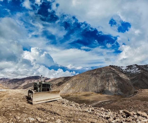 Bulldozer op weg in de himalaya