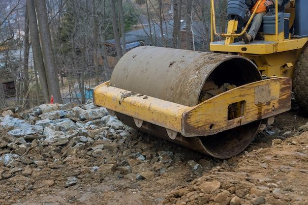 Bulldozer verplaatst grondgraafgrond en doet landschapswerkzaamheden