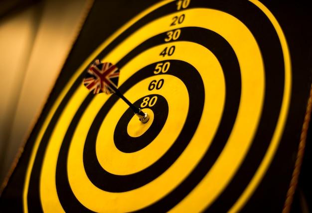 Bullseye scoort op een dartbord