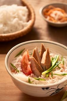Bun cha ca - een van de meest populaire soepnoedels aan de kust met rijstnoedels, gegrilde vis, groene ui, tomaat en vissaus...