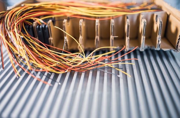 Bundel van afgeknipte dunne draden met kleuraansluitingen