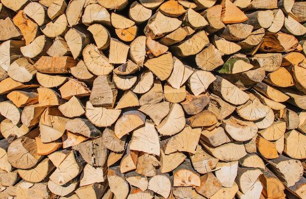 Bundel van brandhout close-up. gehakte stukken hout.