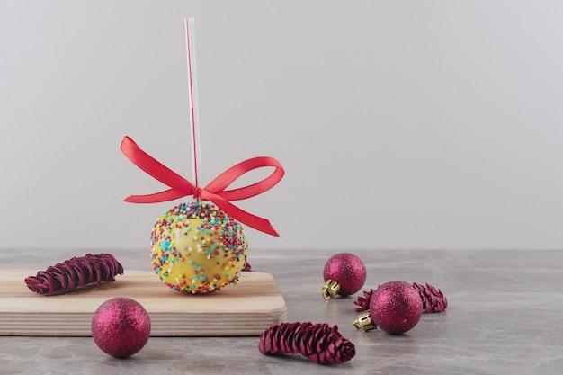 Bundel van kerstversiering en een lolly op marmer