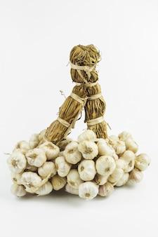 Bundel van knoflook of garlics op geïsoleerde op witte achtergrond