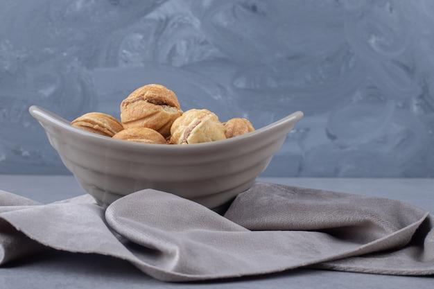 Bundel van met karamel gevulde koekjesballen in een kom op marmer