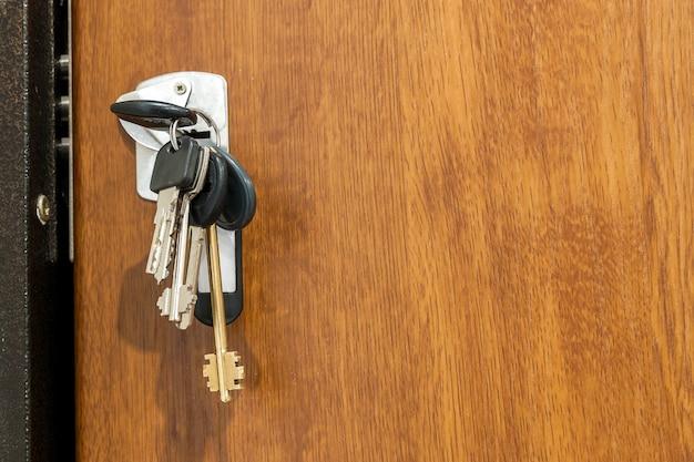 Bundel van verschillende sleutels in sleutelgat