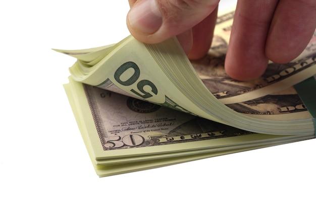 Bundel van vijftig dollarbiljetten geïsoleerd op een witte achtergrond.
