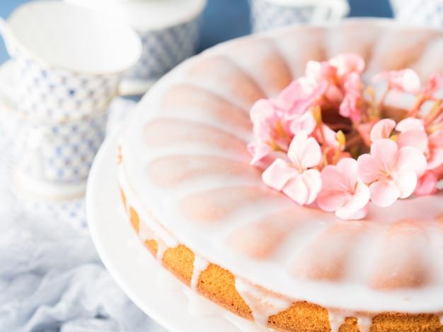 Bundt cake met glazuur. feestelijke traktatie lentebloemen
