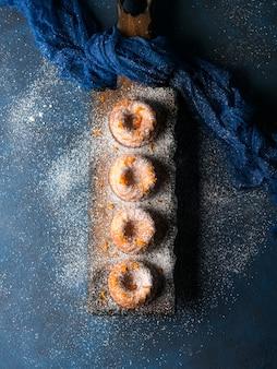 Bundt cakes op donkere dienende raad. verticaal