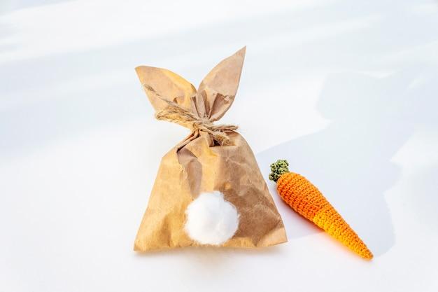 Bunny papieren zak met gebreide wortel