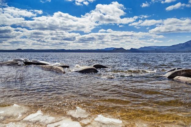 Burabay (borovoye) meer. lake ligt in het burabay national nature park in de republiek kazachstan. lente tijd. reis naar centraal-azië.