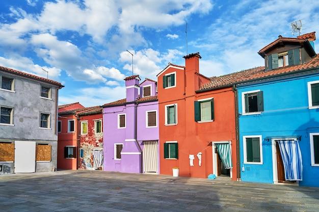 Burano, venetië. kleurrijke huizenarchitectuur op het vierkant. italië