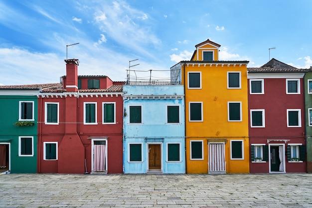 Burano, venetië. oude kleurrijke huizenarchitectuur op het vierkant. italië. bewolkt weer