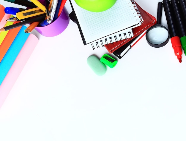 Bureau en studententoebehoren op een wit. terug naar schoolconcept.