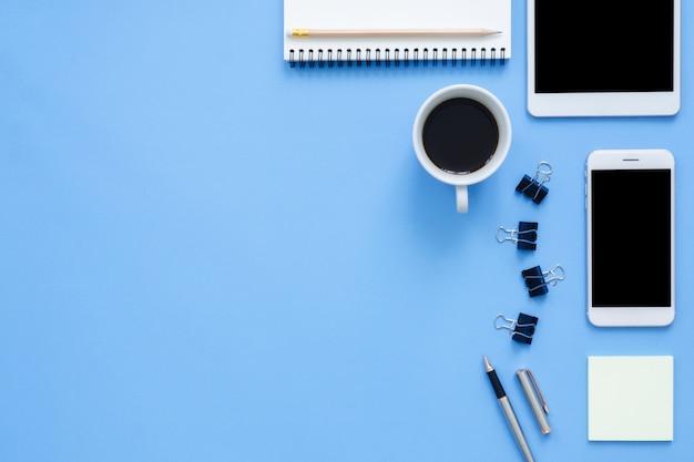 Bureau het werk ruimte - vlak leg de mockupfoto van het hoogste bovenaanzicht van het werk ruimte met tablet
