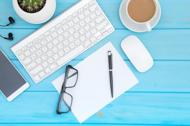 Bureau houten lijst van bedrijfswerkplaats en bedrijfsvoorwerpen, concepten bedrijfsplanning en richtingsachtergrond