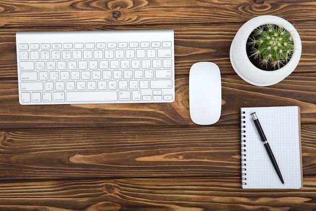 Bureau houten tafel met zakelijke werkplek en zakelijke objecten, concept bedrijfsplanning en richting achtergrond