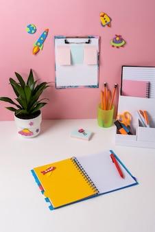 Bureau in de kinderkamer. close-up van gezellige werkruimte in de kamer van de student.