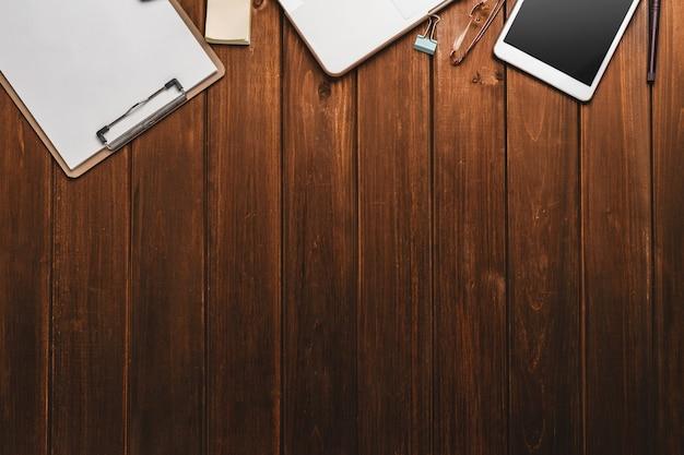 Bureau met checklist en tablet