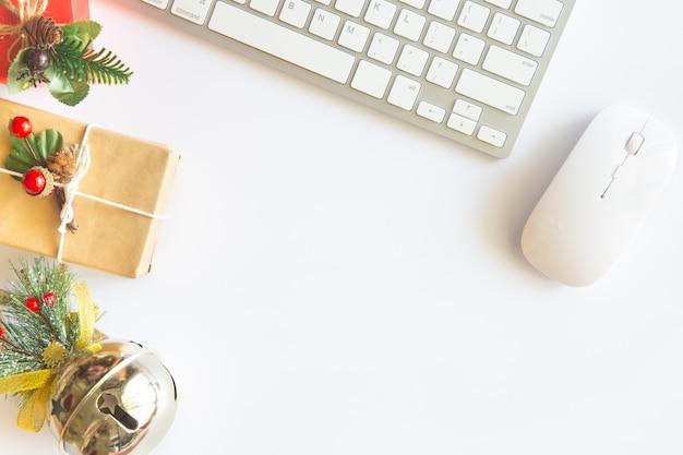 Bureau met computer, benodigdheden en cadeau