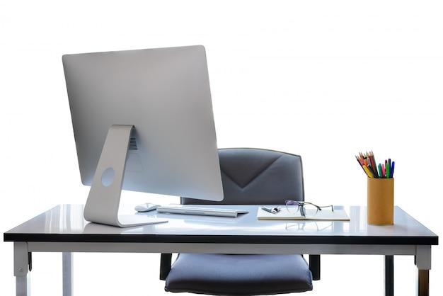 Bureau met desktopcomputer, kopje koffie en kantoorapparatuur