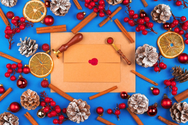 Bureau met envelop en kerstversiering. plat leggen. mockup