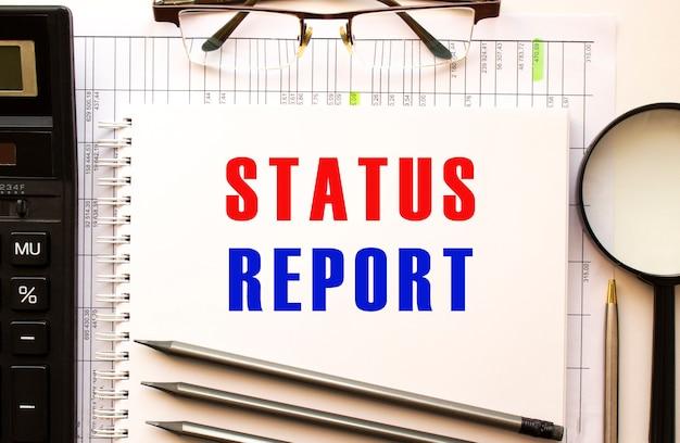 Bureau met financiële documenten, vergrootglas, rekenmachine, glazen. tekst statusrapport.