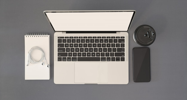 Bureau met laptop en kantoorbenodigdheden