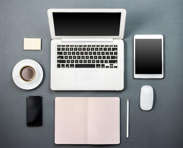 Bureau met laptop, koffie en tablet