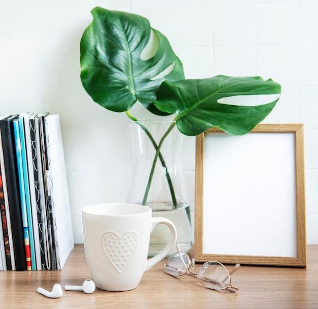 Bureau met stapel notitieblokken, kantoorbenodigdheden en kamerplanten