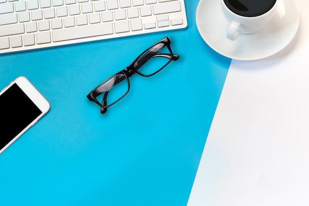 Bureau met toetsenbord, bril en koffie