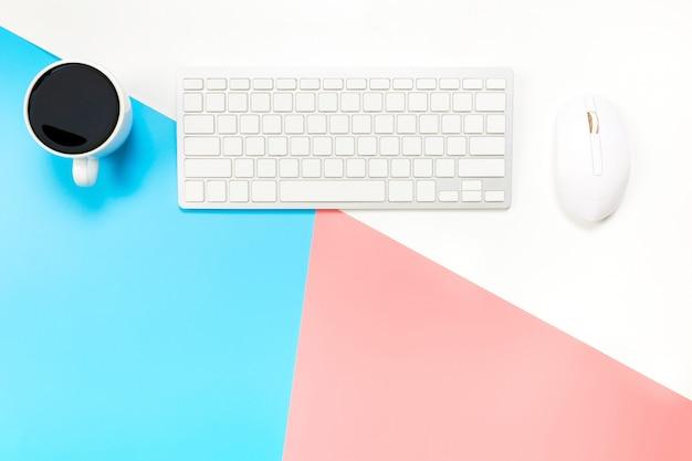 Bureau met toetsenbord, muis en koffie